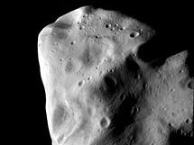 Fotografie po��zen� sondou Rosetta - nejdetailn�j�� fotografie Lutetie po��zen� p�i nejbli���m pr�letu