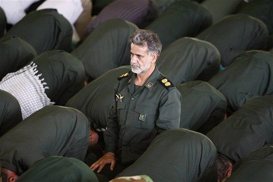 Íránské revoluční gardy při modlitbě. Ilustrační foto