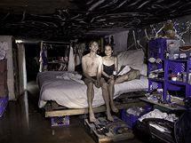 Steven a Kathryn ve sv� provizorn� lo�nici v tunelu pod Las Vegas. Steven kv�li sv� drogov� z�vislosti p�i�el o pr�ci. Dnes se �iv� vyb�r�n�m zapomenut�ch minc� v automatech