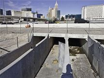 V protipovod�ov�ch tunelech pod Las Vegas �ij� stovky bezdomovc�. Denn� je ohro�uj� jedovat� pavouci, infekce, vlhko a nedostatek sv�tla a vzduchu