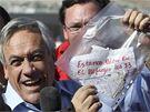 Chilský prezident Sebastian Piňera drží sáček se vzkazem od uvězněných horníků (22. srpna 2010)
