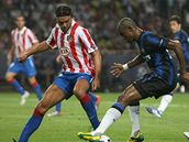 Tom� Ujfalu�i z Atl�tika Madrid (vlevo) v souboji se  Samuelem Eto'em z Interu Mil�n.