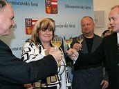 Podpis koali�n� smlouvy mezi �SSD a KDU-�SL (Michal Ha�ek, Stanislav Jur�nek, Marie Cackov� a Ivo Pol�k)