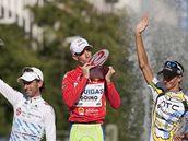 Italský cyklista Vincenzo Nibali (uprostřed) se raduje z celkového prvenství na Vueltě 2010. Druhý skončil Ezequiel Mosquera (vlevo), třetí Peter Velits