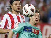 Lionel Messi, útočník Barcelony (vpravo), uniká českému obránci Tomáši Ujfalušimu z Atlética Madrid