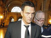 B�val� makl�� banky Soci�t� G�n�rale J�r�me Kerviel byl odsouzen na t�i roky do v�zen�. Mus� tak� uhradit �kodu ve v�i 4,9 miliardy eur.
