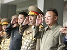 Vojensk� p�ehl�dka v Pchjongjangu, kter� se z��astnil severokorejsk� v�dce Kim �ong-il a jeho nejmlad�� syn a n�sledn�k Kim �ong-un