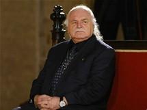 Bývalý ředitel Národní galerie Milan Knížák při čekání na slavnostní ceremoniál.