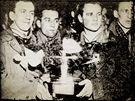STOCKHOLM 1949. Augustin Bubník, Stanislav Konopásek, Vladimír Kobranov a Jiří Macelis si hýčkají pohár pro vítěze. Za rok je komunistický režim ve vykonstruovaném procesu poslal do vězení.