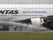 Jeden z motor� A380 spole�nosti Qantas po nouzov�m p�ist�n� v Singapuru (4. listopadu 2010)