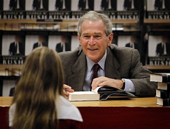 Bývalý americký prezident George W. Bush podepisuje své memoáry  (9. listopadu 2010)