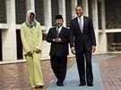 Barack a Michelle Obamovi při prohlídce mešity Istiqlal v Jakartě s Imámem Alím Mustafou Jaqubem (10. listopadu 2010)