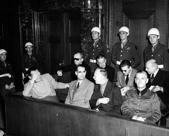 Lavice obžalovaných. Vlevo si zakrývá obličej Hermann Göring, vedle něj Rudolf