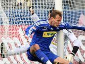 BOLESTIVÝ DOPAD. Olomoucký Jakub Petr (v modrém) vstřelil Příbrami gól, ale také bolestivě dopadl.