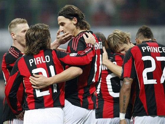 STŘELEC. Kanonýr AC Milán Zlatan Ibrahimovič si v obležení spoluhráčů užívá radost z branky v zápase proti Brescii.