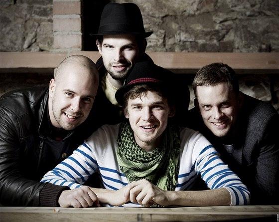 Členové kapely Nightwork si dělají legraci ze všeho. Když se měli vyfotit (zleva) František Soukup, Vojta Dyk a Jakub Prachař, s nimiž náš redaktor dělal rozhovor, přivedli s sebou i Jana Maxiána (nahoře). A tak se nakonec vyfotili všichni čtyři.