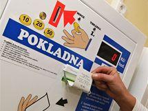 V krajsk� nemocnici ve Zl�n� lze nov� platit regula�n� poplatky v automatech.