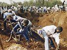 Hromadný pohřeb ostatků obětí nalezených v masovém hrobě v Ibuce.