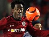 Sparťanský útočník Bony Wilfried si v těžké pozici zpracovává míč