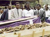 Hromadn� poh�eb ostatk� ob�t� nalezen�ch v masov�m hrob� v Ibuce.