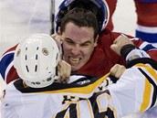 David Krejčí (zády) z Bostonu a Michael Cammalleri z Montrealu se dostali do bitky.