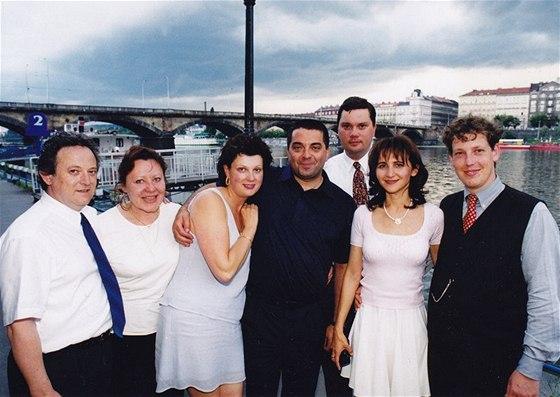 Stanislav Gross slavil promoci v červnu 1999 se svými nejbližšími – poradcem Jiřím Martinkem (první zleva), přítelem Pavlem Muselou (čtvrtý zleva) a kamarádem Robertem Sýkorou.