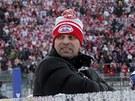 VÍTĚZNÝ KULICH? Trenér Pardubic Josef Jandač sleduje bouřící tribuny během utkání s Kometou Brno.