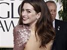Anne Hathawayov� na p�ed�v�n� Zlat�ch gl�b� v �atech Giorgio Armani (2011)