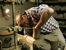 Keramik Igor Chr�stek pracuje na hrn���sk�m kruhu ve sv� d�ln� ve Zlechov�.