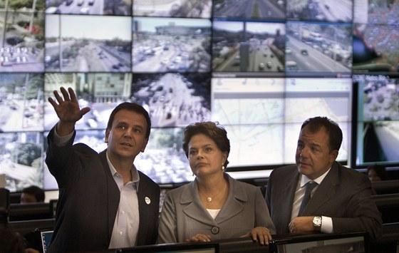 Brazilská prezidentka Dilma Rousseffová s guvernérem státu Rio de Janeiro Sérgiem Cabralem (vpravo) a starostou Ria de Janeira Eduardem Paesem (21. leden 2011)