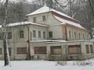 Zchátralý areál lázní v Bělovsi