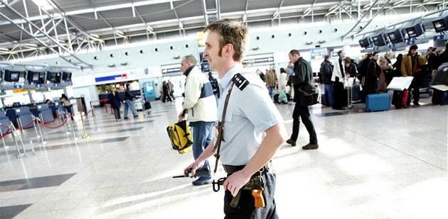 Policista v odletové hale ruzy�ského leti�t�. Ilustra�ní foto