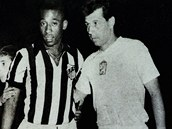 Osmn�ctilet� Pel� a osmadvacetilet� Masopust p�ed utk�n�m FC Santos - Dukla 3:4 na za��tku roku 1959 v Mexiku; pr�v� tady za�alo jedno velk� fotbalov� p��telstv�, kter� trv� dodnes