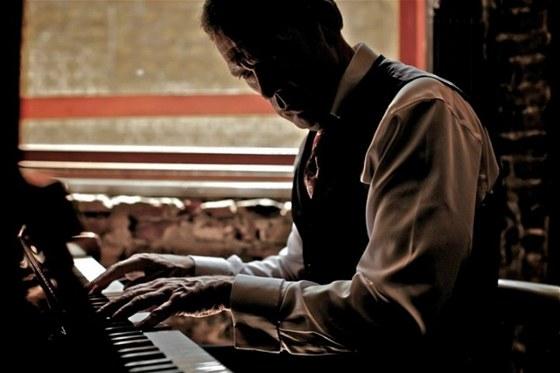 Herec Hugh Laurie rozv�j� paraleln� kari�ru jako pianista a zp�v�k.
