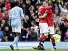 RADOST A ZKLAM�N�. Wayne Rooney a Nemanja Vidi� z Manchesteru United se raduj�,