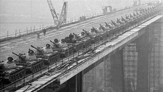 Zat�k�vac� zkou�ka Nuselsk�ho mostu, 24. 11. 1970
