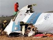 Skotští vyšetřovatelé prohledávají trosky zříceného letadla v Lockerbie. (22. prosince 1988)