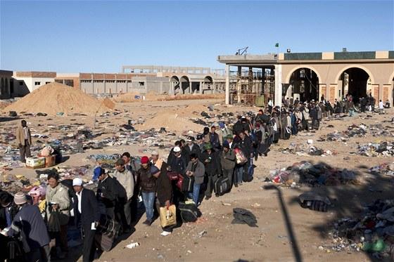Zahraniční dělníci čekají na hranicích Libye a Tuniska (3. března)