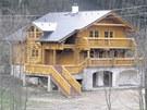 Tento srub v Horním Maršově, ač je ze dřeva, působí podle odborníků rušivě a