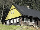 Barevná rytmizace trámů a spár je pro  architekturu v Krkonoších typická.