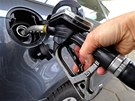 Prvn� benzinka zlevnila po 30 K�