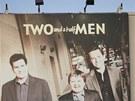 Billboard k seri�lu Dva a p�l chlapa na budov� studia Warner Bros.