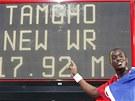 SVĚTOVÝ REKORD. Teddy Tamgho pózuje u tabule, která referuje o jeho světovém rekordu.
