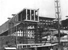 Moderní budova Federálního shromáždění vyrostla kolem objektu plodinové burzy z první republiky.