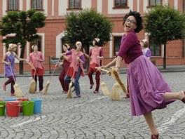 Z filmu V peřině - Lucie Bílá tančí s koštětem