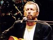 Za kytaru, na kterou zde hraje Eric Clapton, zaplatil ruský sběratel půldruhého milionu korun