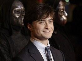 """Londýn hostil premiéru 7. Pottera, Česko se dočká v pondělí. Londýnské náměstí Leicester Square ve čtvrtek večer ožilo světovou premiérou předposledního dílu filmové ságy o Harrym Potterovi. Harry Potter a Relikvie smrti - část 1 je prvním ze dvou dílů, na které filmaři rozdělili sedmou knihu J. K. Rowlingové. """"Jsem moc rád, že i po deseti letech přilákáme tolik lidí,"""" poděkoval fanouškům představitel čaroděje Daniel Radcliffe."""