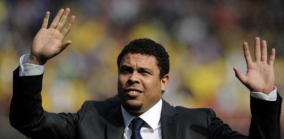 POZDRAV OD LEGENDY. Bývalý nejlepší fotbalista světa, Brazilec Ronaldo, zdraví fanoušky před reprezentačním utkání svých krajanů se Skotskem.