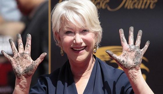 Helen Mirrenov� obtiskla sv� ruce do cementu na chodn�ku sl�vy v Hollywoodu