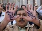 Ano svobodě, ne násilí. Nápis na dlaních syrského demonstranta (25. března 2011)